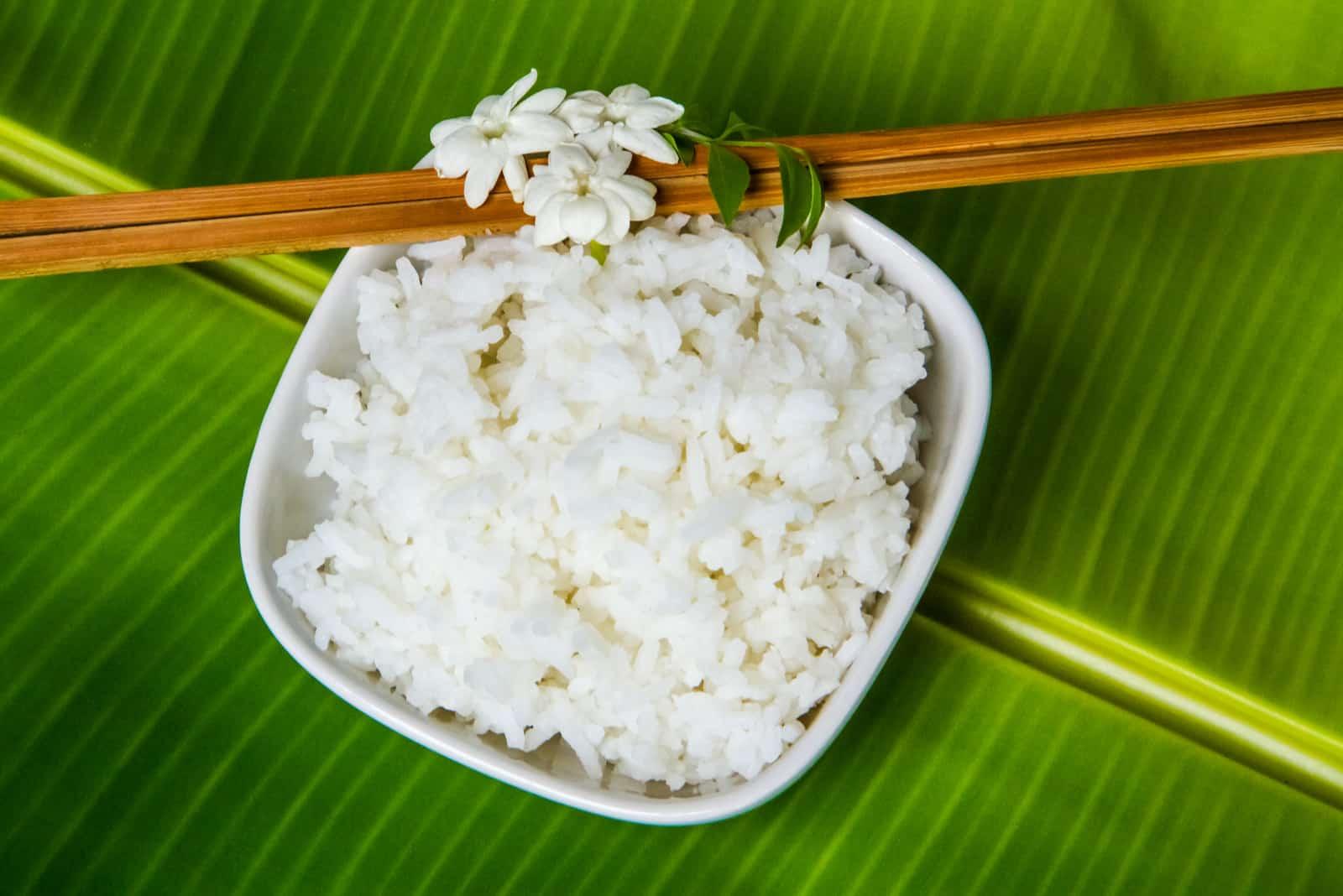 white jasmine rice on green banana leaf
